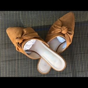 Pointy toe and elegant bow knot flat mule slides